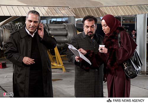 نمایی از مهران مدیری و سیامک  انصاری و سحر ذکریا در سریال مرد دوهزار چهره