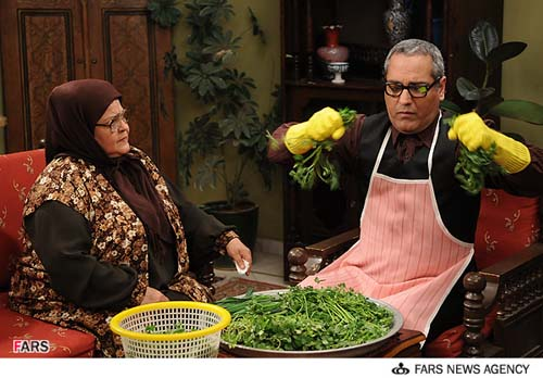 نمایی از مهران مدیری و  پروین قائم  مقامی  در سریال مرد دوهزار چهره